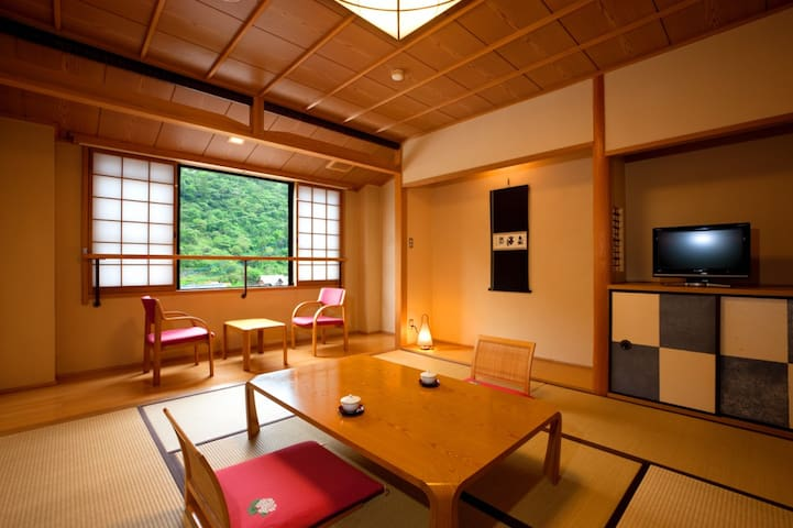 A Japanese tatami room in a Historical Hot Spring Village【With meal】歴史ある温泉街の和室に泊まる【朝食・夕食付】