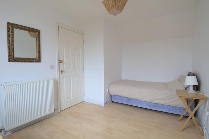 Spacious single room in the center of Kinross