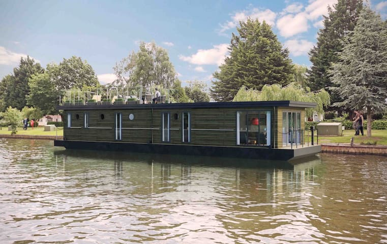 Luxury Houseboat – Near Legoland & Windsor Castle