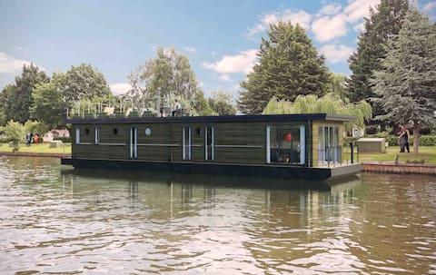 Luxury Houseboat – Near Legoland & Windsor Castle
