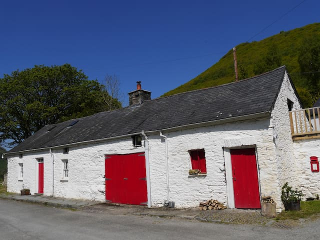 Authentic traditional Welsh farm cottage c. 1700
