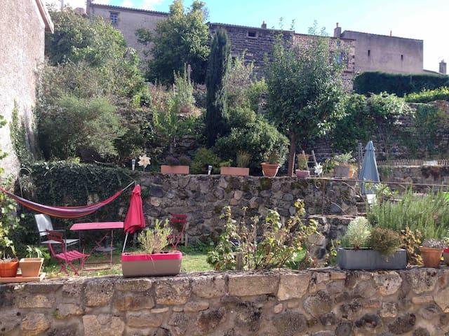 Gîte +jardin au cœur d'un village de caractère