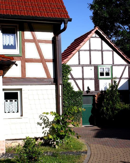 Außenansicht mit Nebengebäude