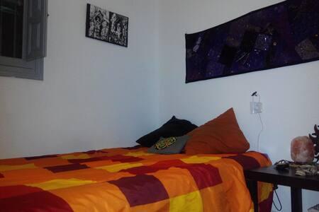 habitacion con cama de matrimonio - เควงคา