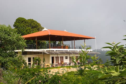 Spacious | Balcony | Premium Room in Heart of Ooty
