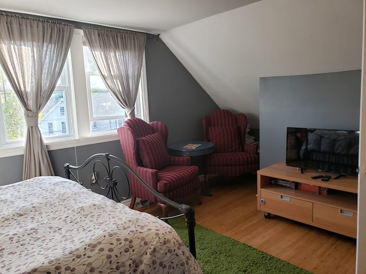 Spacious and cozy home. Close to bus and train
