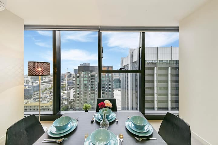 A Comfy 2BR Apt with a Panoramic View of the City