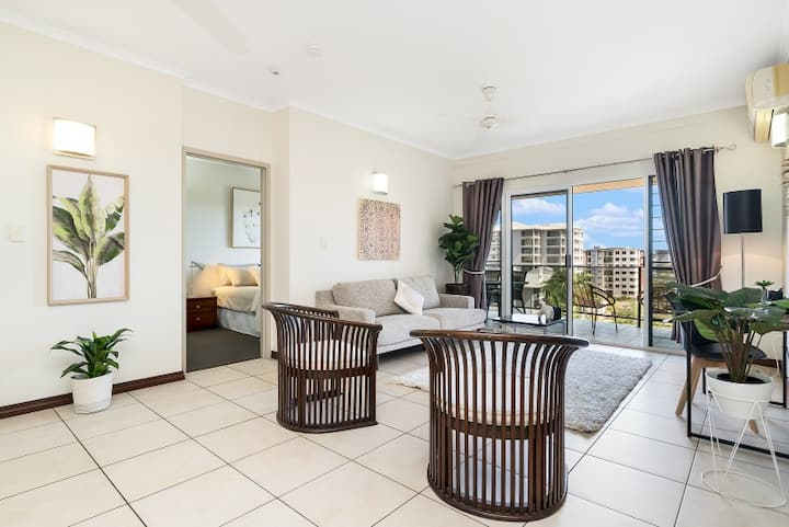 Huge CBD Top Floor Aprt, with Spectacular Views