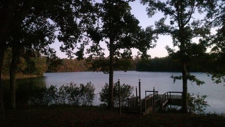 Relaxing Lakefront Cozy Chalet, Dock & Jacuzzi