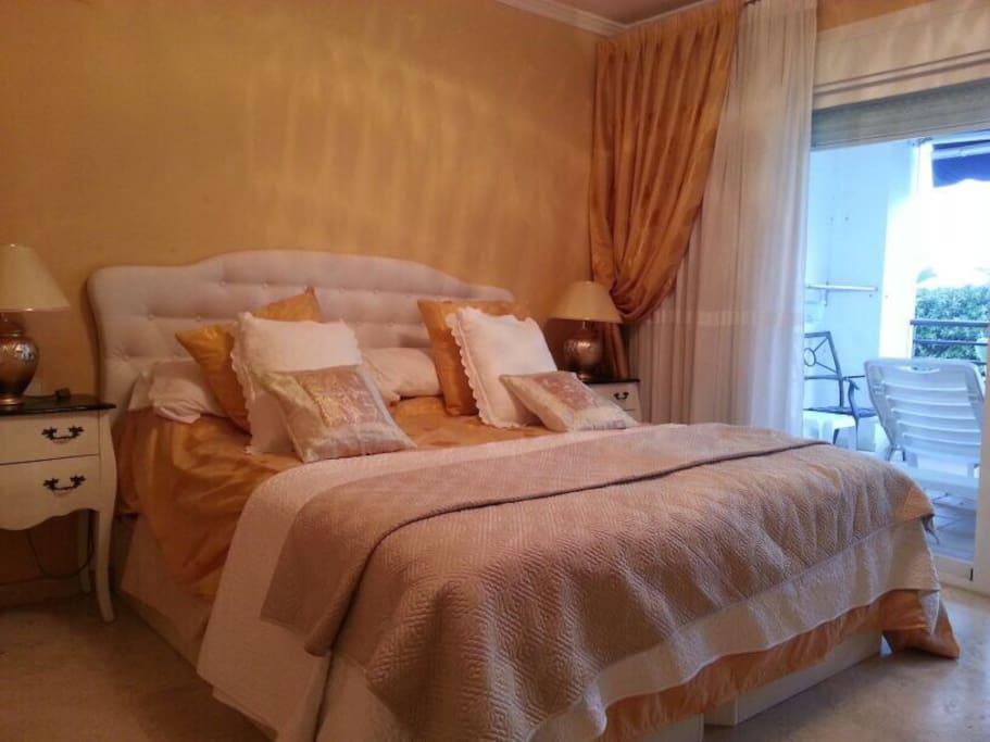Habitación principal con cama doble de 200x200 cm