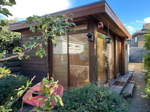 Garden Studio + private access + great bus links