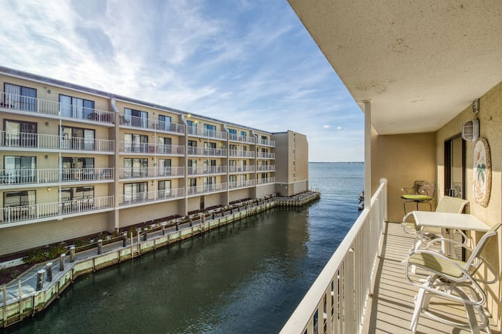 Bayfront condo w/ beautiful views & shared pool - walk to beach/Seacrets!