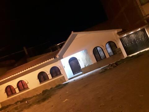 Chalet amoblado a 10 minutos de la plaza principal de Oruro con estacionamiento gratuito, wi-fi, calefon, cocina, 3 dormitorios, parrillero, comedor, living, baño, ducha,patio, tv.