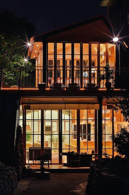 (二楼)港头公益图书馆和(一楼)初心咖啡馆夜景