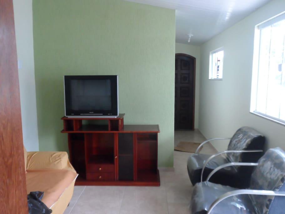 Sala ampla com tv, sofá e 2 poltronas