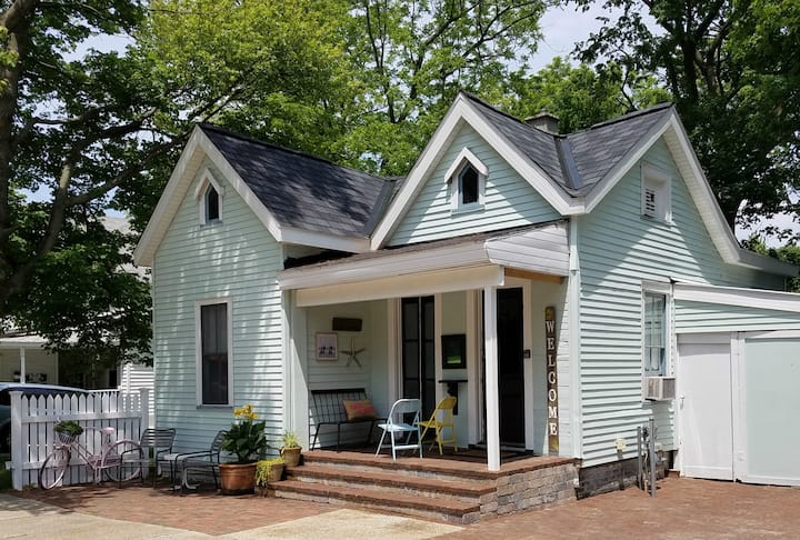 Perfectly located Historical Downtown Cottage