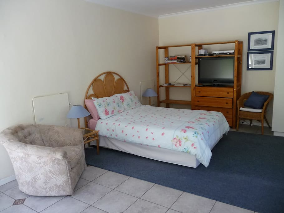 Double bed and TV with satellite/DST access