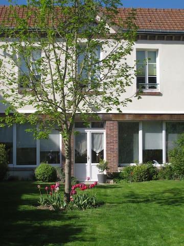 """Maison """"Ville et Campagne"""" au coeur de Chartres - Chartres - Bed & Breakfast"""