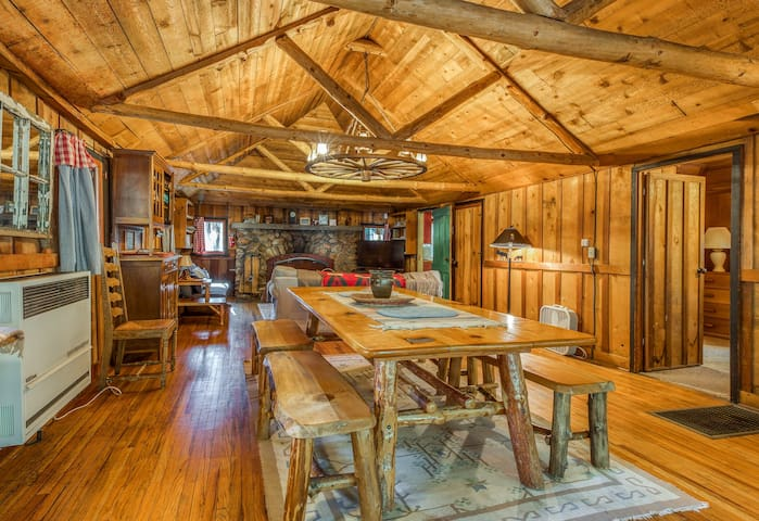 Beautiful cabin w/private hot tub! Hike, fish, shop & more!