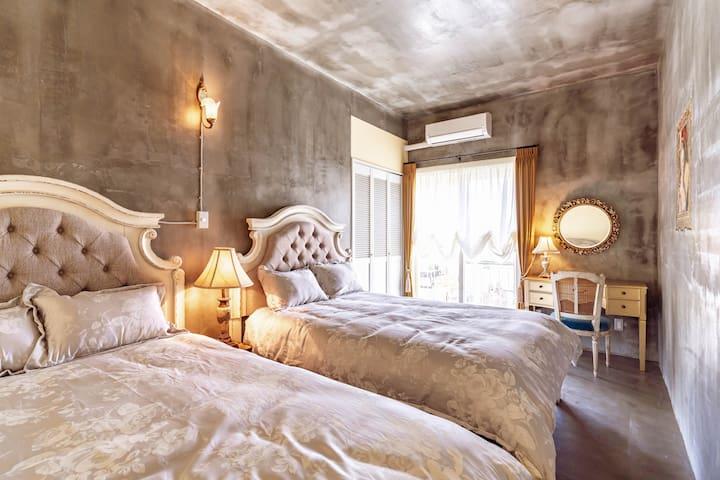 bedroom2: 2 double beds  ベッドルーム2: 2台のダブルベッドがあります。