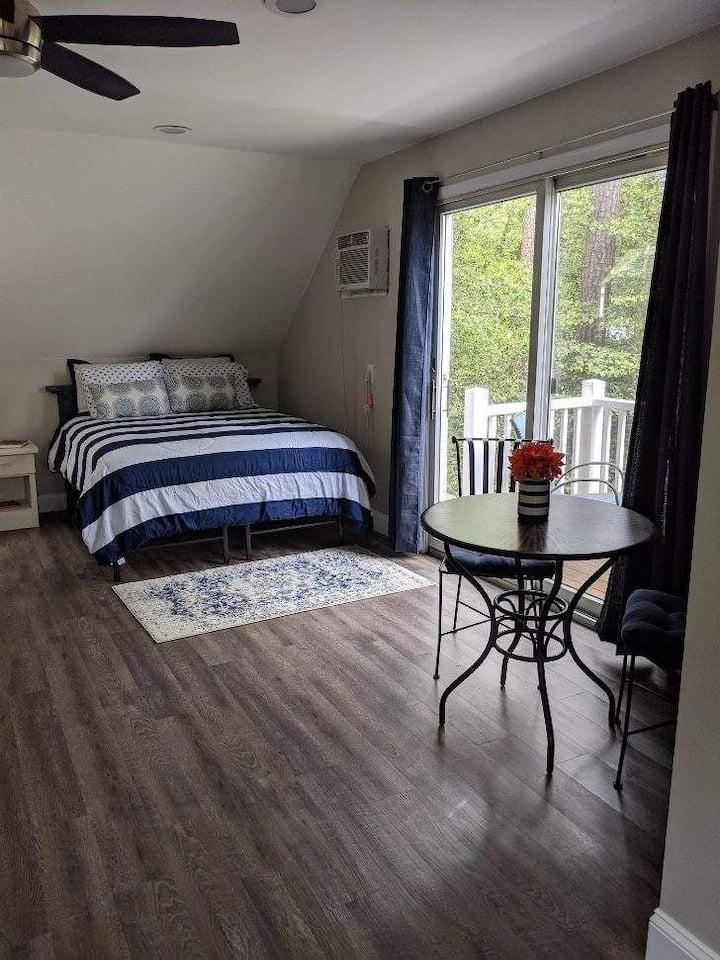 Cozy private suite w/ kitchenette and private deck
