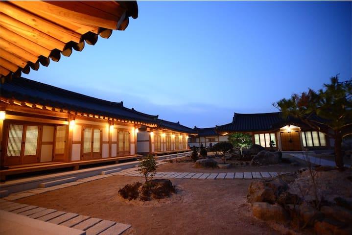 안압지와 첨성대가 가까운 한옥펜션 한옥1번가 /4인실 - Cheonwon 1-gil, Gyeongju-si - Pensão (Coreia)