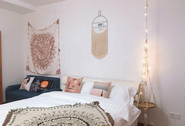 水天一色单身公寓情侣浪漫大床房ins风自助入住免费停车位