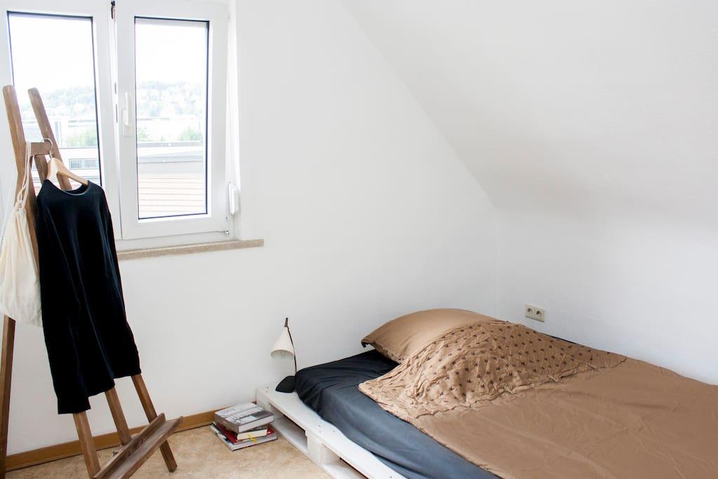 Helles Schlafzimmer mit Rolladen als Verdunkelungsmöglichkeit