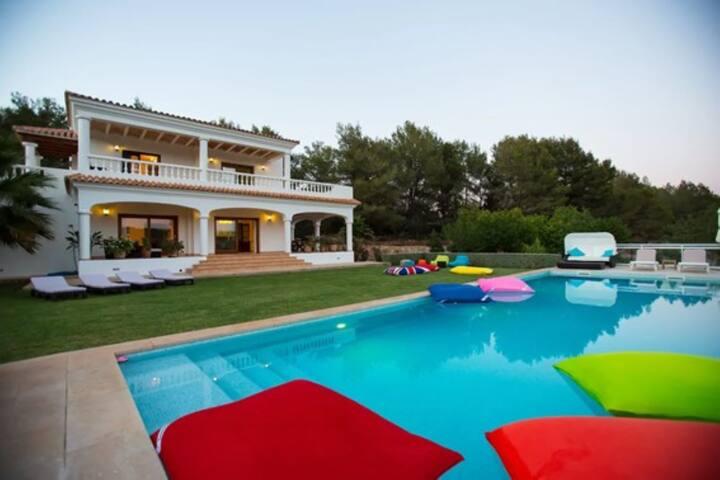 """Belle villa """"Can Rota Suldat"""" avec vue sur la montagne, piscine, Wi-Fi, climatisation, terrasse et jardin ; parking disponible"""