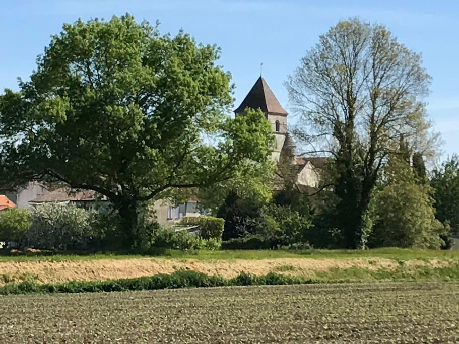Une balade dans le village. Notre église romane.