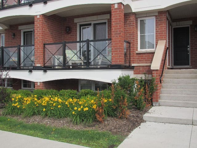 Comfortable Townhouse/2 Bedrooms/2 Full Bathrooms