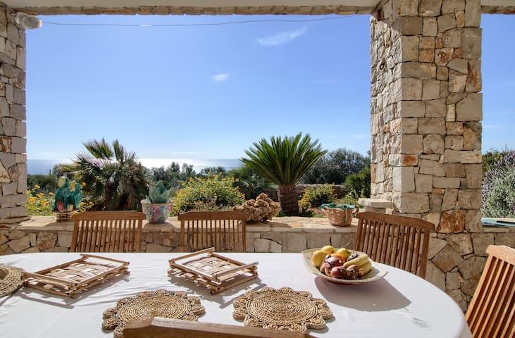 Villa con piscina e vista mare incantevole