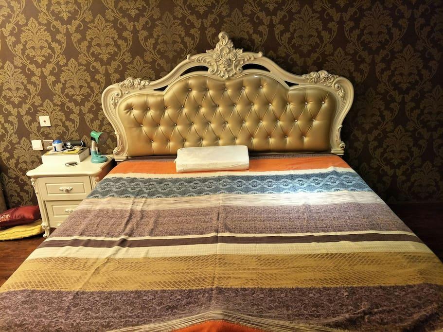 2米宽的大床,满足你舒舒服服的美梦。
