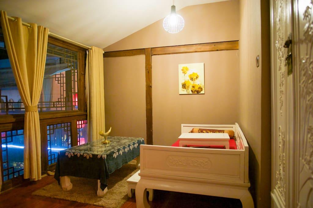 原木雕花罗汉床在懒散的聊天好地方,必要时完胜一张1.2米的标床