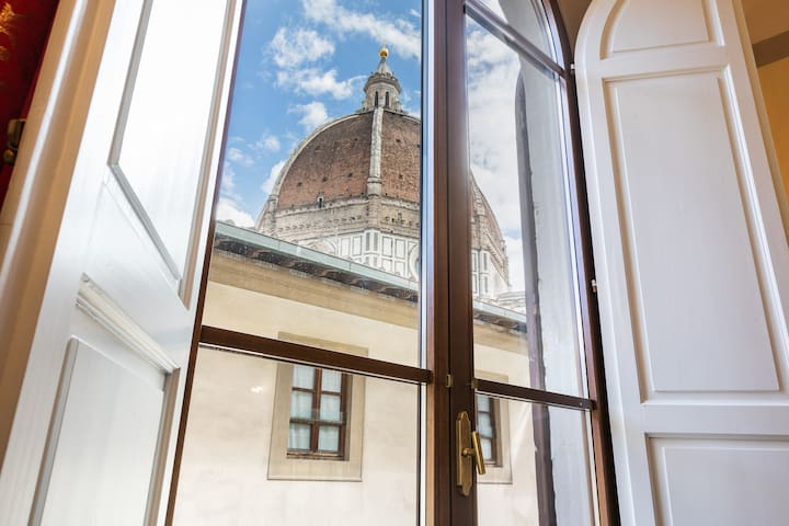 DUOMO VIEW WITH PRIME LOCATION Private Room