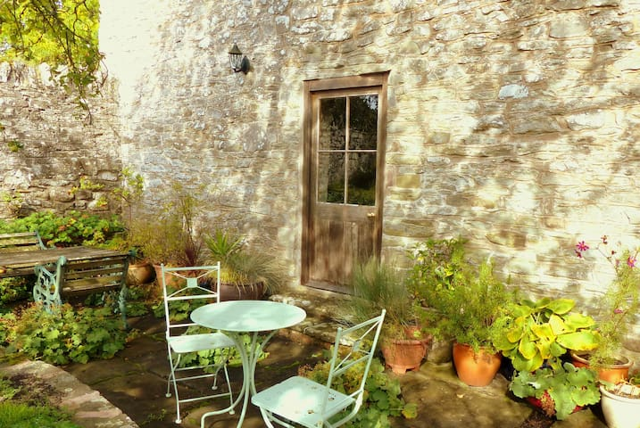 Pretty rural apartment + terrace near Hay-on-Wye