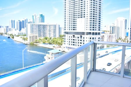 Amazing Direct Bay view + Private foyer! 5 minutes to Beach!