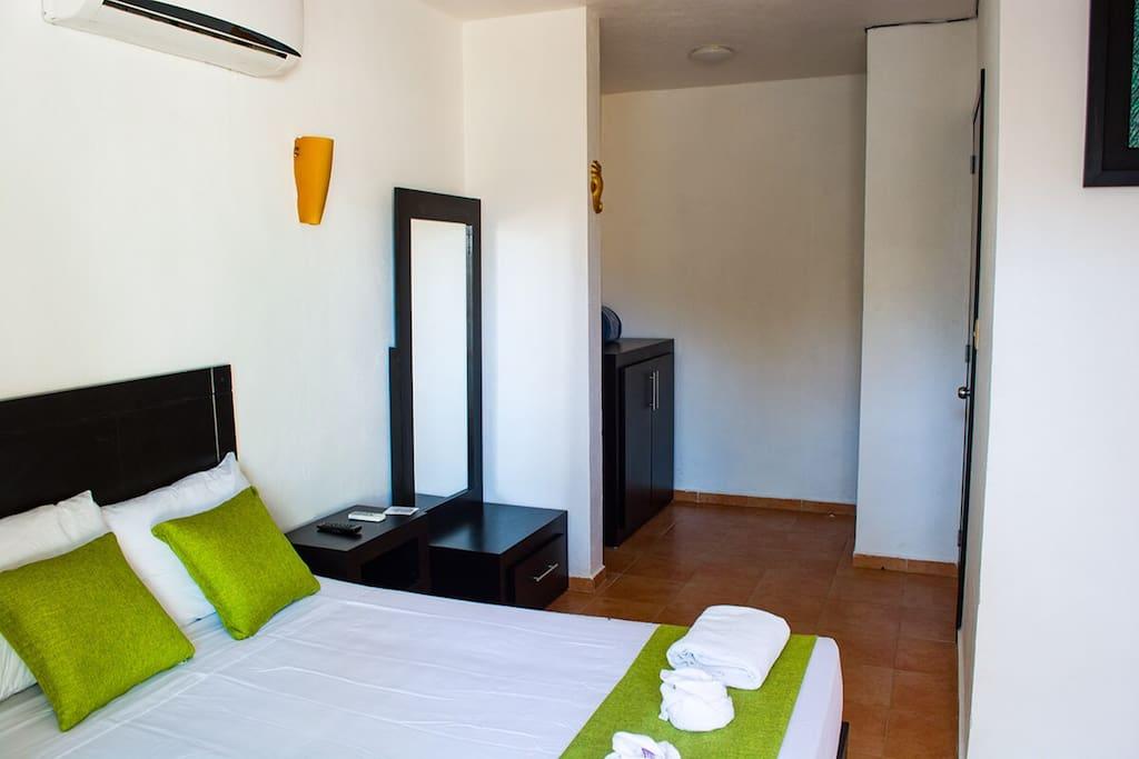 La habitación incluye 2 almohadas grandes y 2 almohadas medianas al igual que 2 toallas para cuerpo, 1 toalla para manos. 1 toalla para piso y un cobertor.