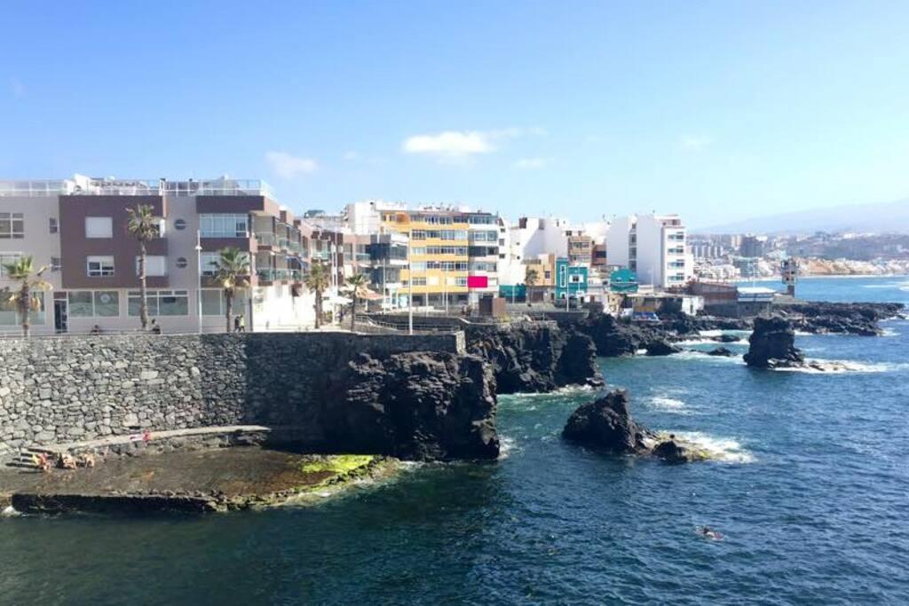 Tu punto de partida frente al mar, junto a las canteras y en el paseo peatonal hacia la playa de El Confital