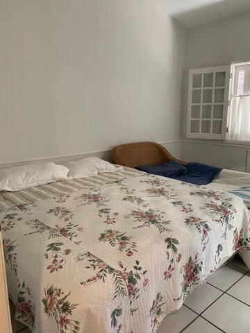quarto  3 - cama casal + 1 cama solteiro + 1 cama de correr