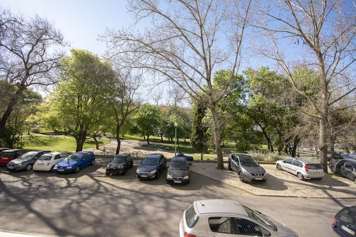 Área de estacionamento gratuita em frente ao edifício