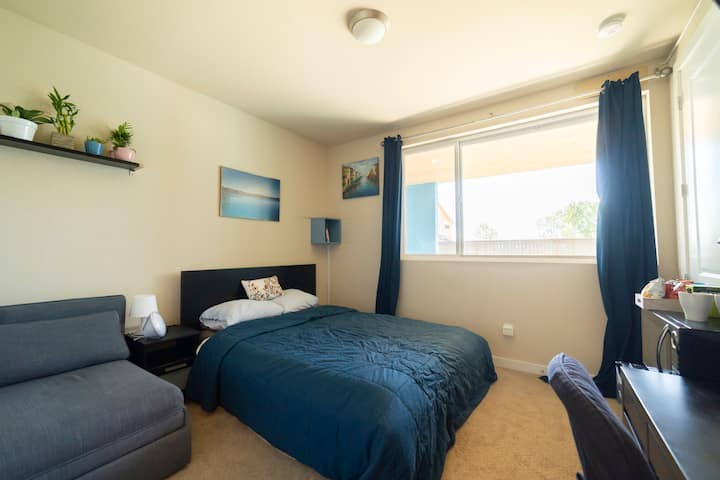 Private furnished room near the airport & downtown