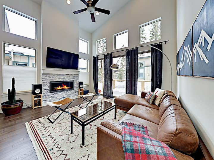 Mountain Townhome with Fireplace & Spacious Deck