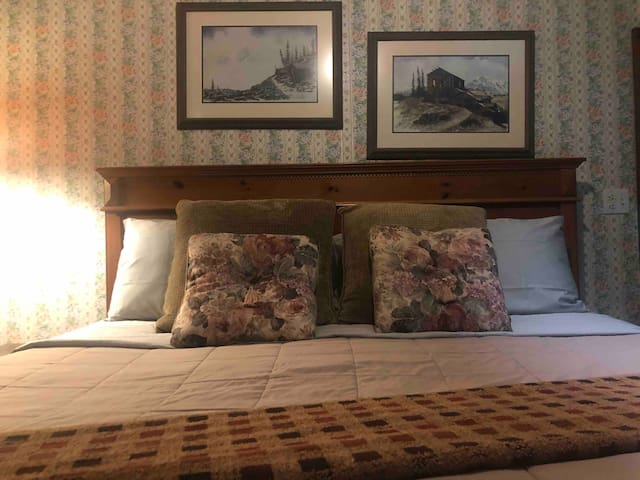 Historic Inn with Full Breakfast, Hot Tubs & Fire