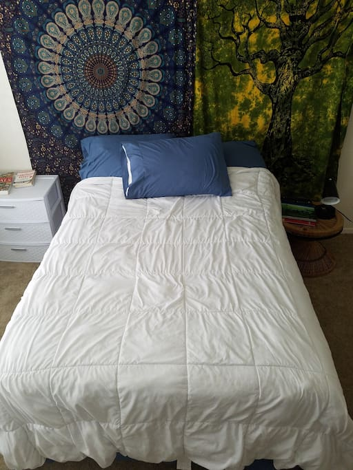 Full size bed, cotton sheets and down alternative comforter!