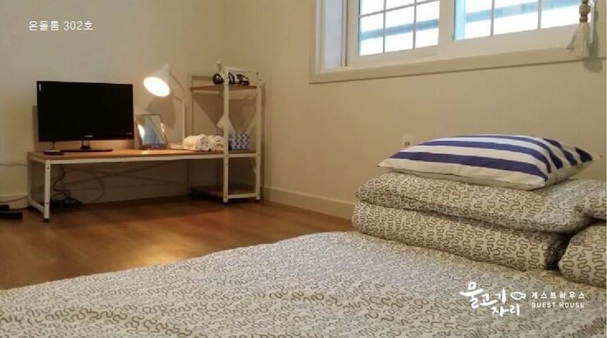 온돌룸 이지만 바닥이 딱딱하지 않게 쿠션 매트리스를 준비해드립니다.