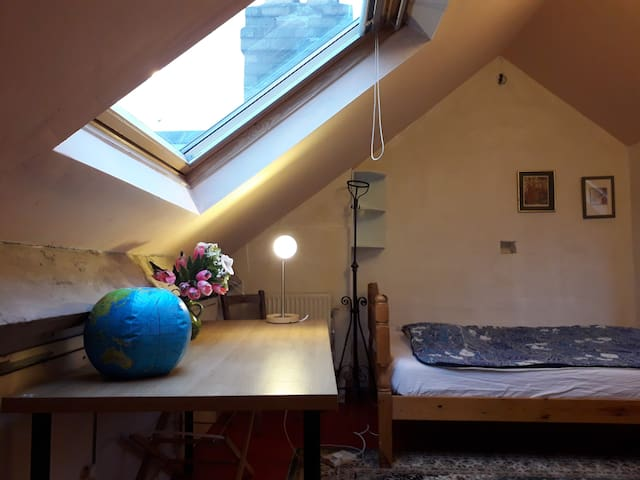 Pleasing Sunny Loft near Central Bristol