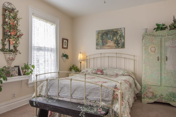 In USA- -Walk to Falls, Queen & Single bed, Bath