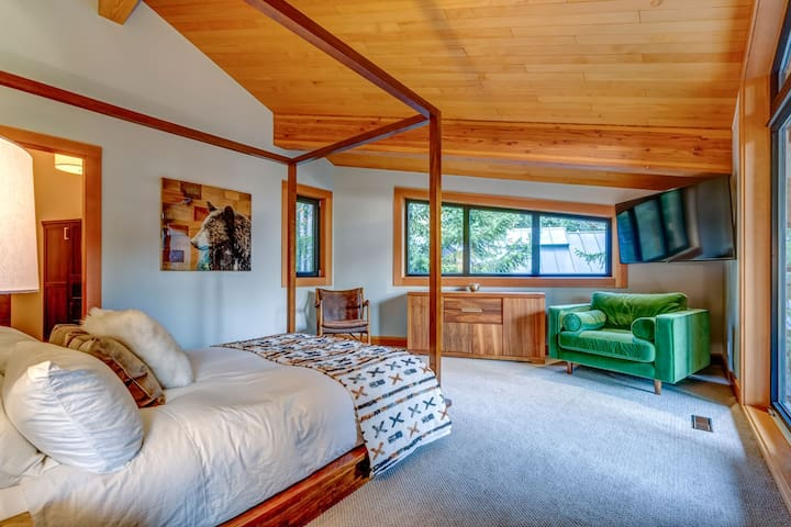 Master Bedroom w/Queen and extra large ensuite + balcony, television