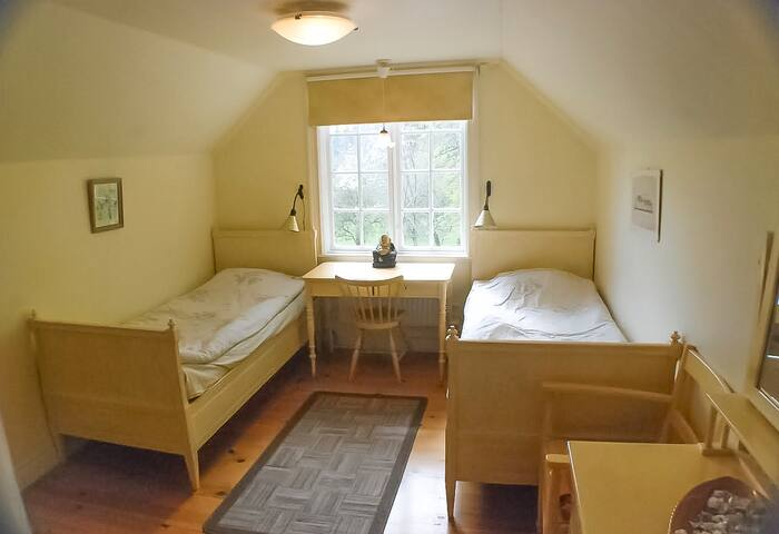 room number 2 yellow room with a 300 years old oak tree view by the window, can be move to make it double for a couple